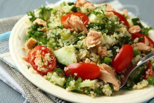 quinoa salmone pomodoro cetrioli e prezzemolo
